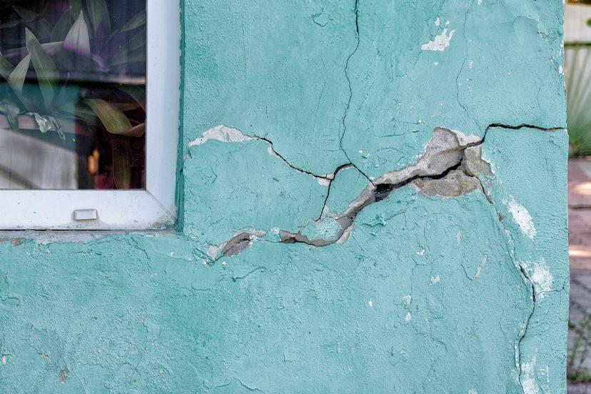 Fassade mit Riss. Betonschutz notwendig