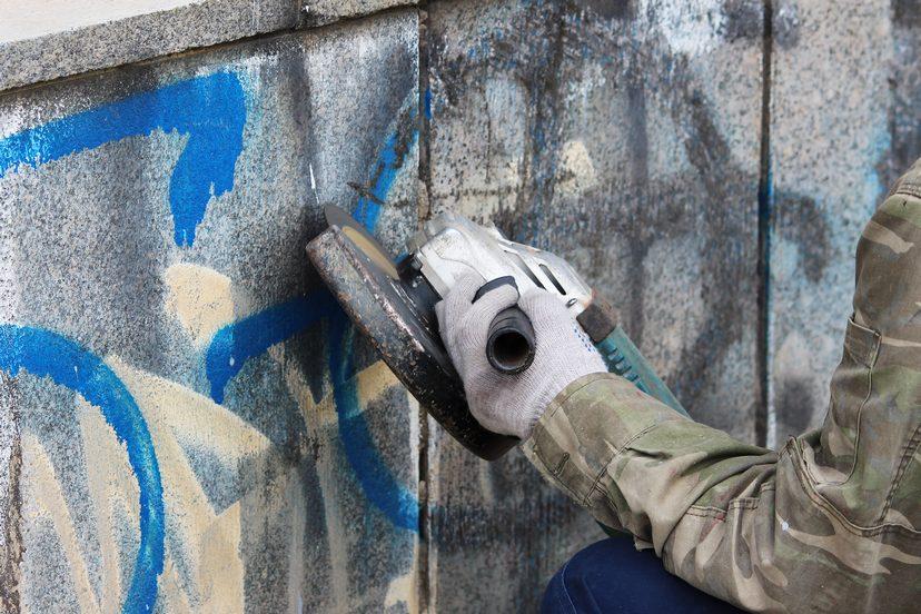 Graffiti wird von der Wand Entfernt